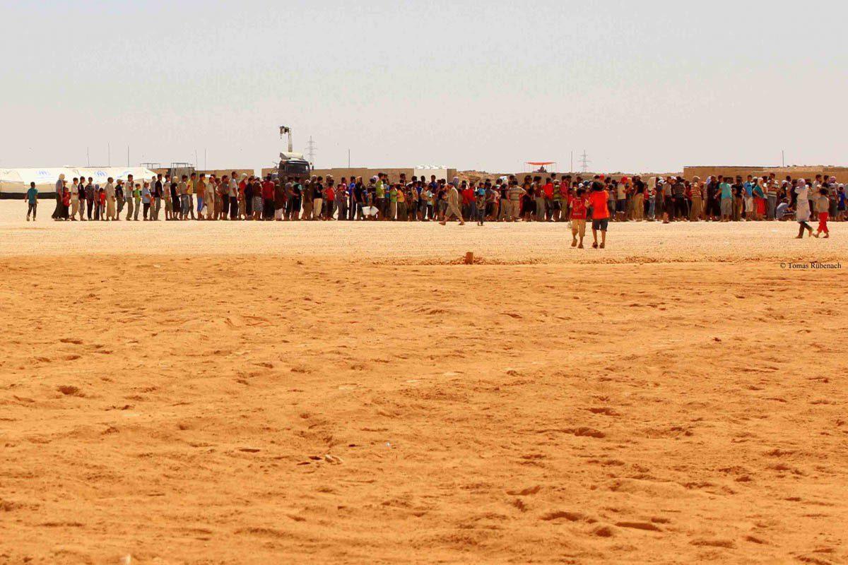 Refugees queuing for water in Zaatari © Tom Rübenach