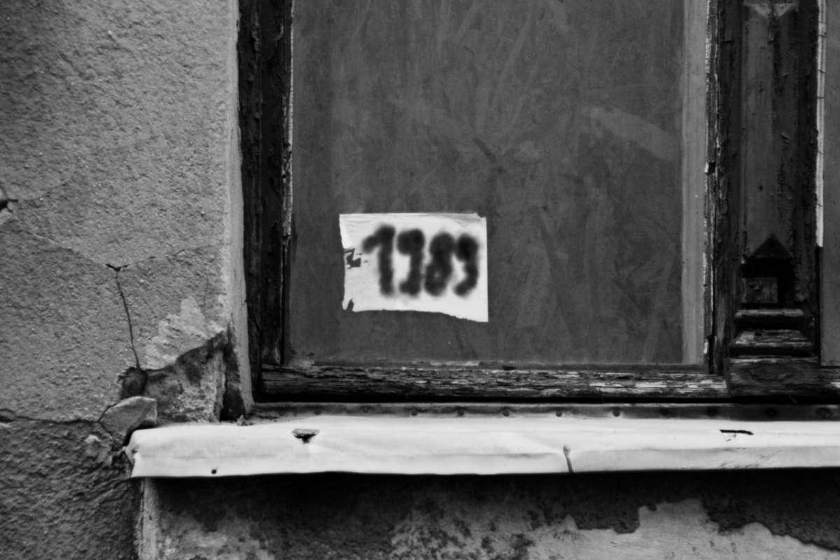 """Ein geschlossenes Holzfenster mit dem Graffiti: """"1989"""" © Tom Rübenach"""