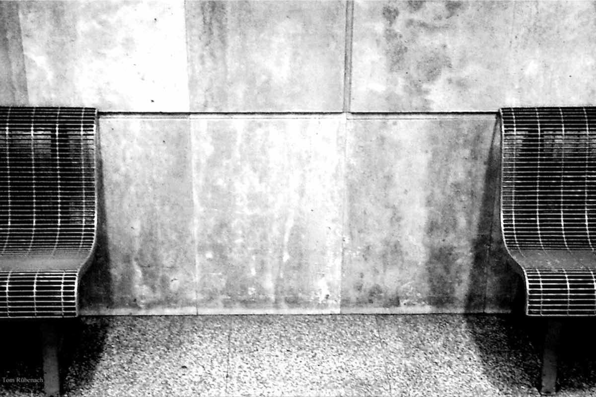 """Zwei Bänke in einer U-Bahn, beide sind seitlich nur """"angeschnitten"""" auf dem schwarzweißen Bild. © Tom Rübenach"""